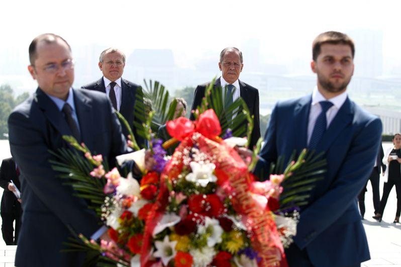 Посол России в Пхеньяне Александр Мацегора и глава МИД РФ Сергей Лавров (слева направо на втором плане) на церемонии возложения цветов к памятнику первым северокорейским лидерам Ким Ир Сену и Ким Чен Иру.