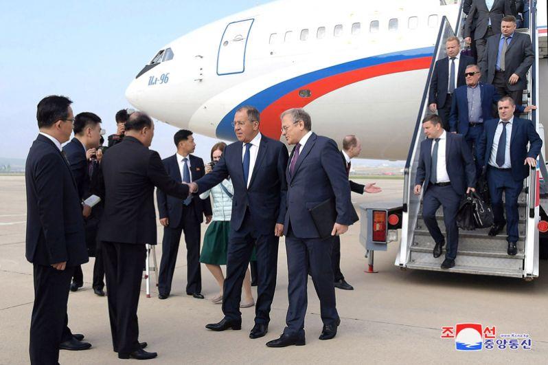Сергей Лавров в аэропорту Пхеньяна.