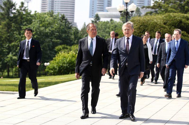 Сергей Лавров и посол России в Пхеньяне Александр Мацегора (слева направо на первом плане).