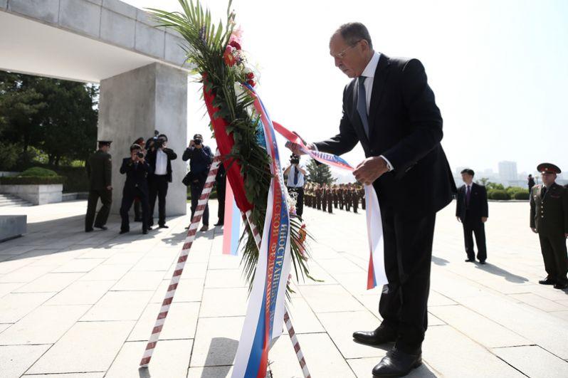 Сергей Лавров возлагает цветы к монументу советским воинам «Освобождение» в парке Моранбон в Пхеньяне.