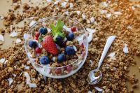 В готовую гранолу также можно добавить свежие фрукты и мороженое.