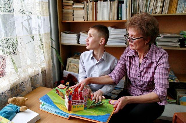 В Кузбассе слабовидящие дети получили спецкниги от фонда «СУЭК-регионам».