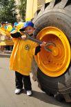 Ежегодно, в день рождения завода, дети сотрудников с родителями посещают территорию предприятия. 2012 год. Юный тракторостроитель в папином цеху.