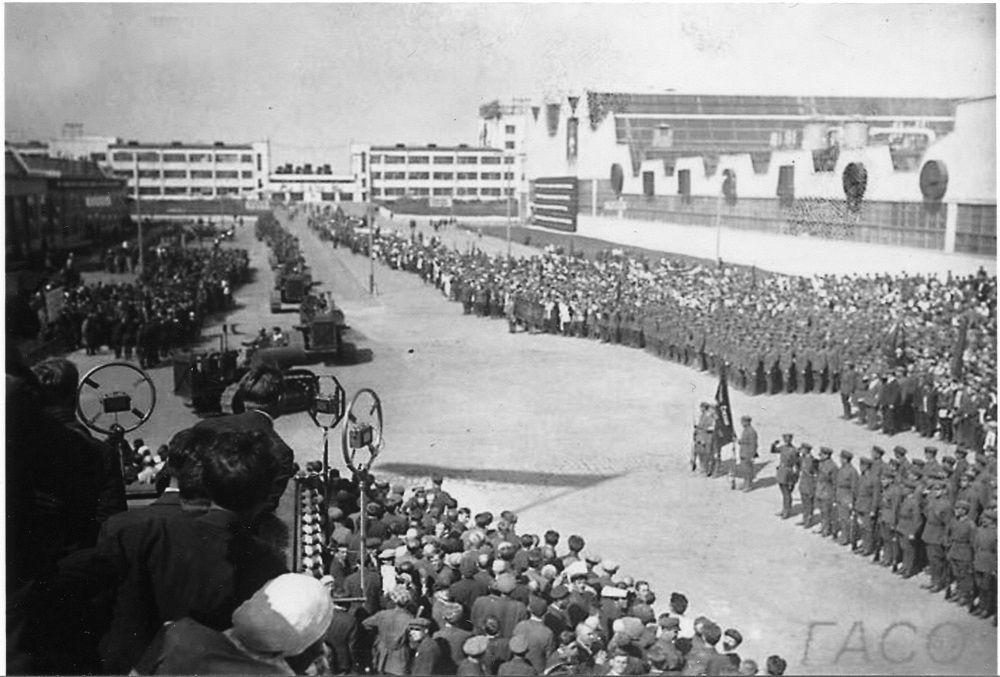 1 июня 1933 года. Исторический момент. Митинг перед пуском завода.