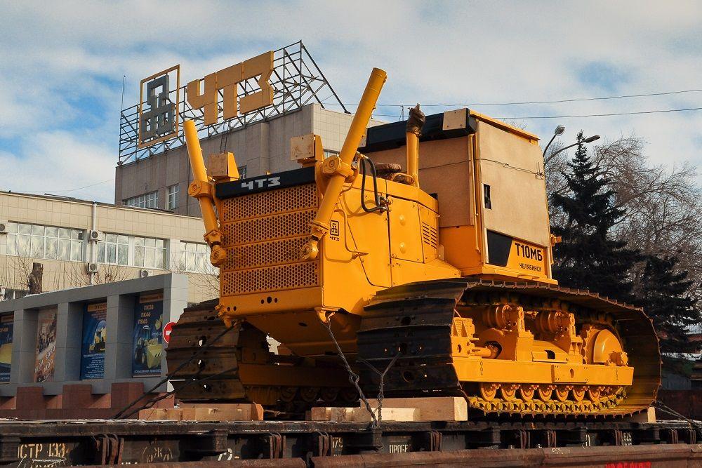 2013 год. Трактор на железнодорожной платформе у главной проходной.
