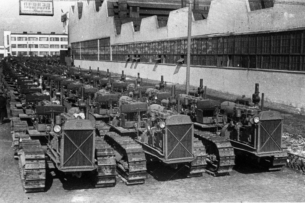 1934-1935 годы. Тракторы перед отправкой на поля страны.