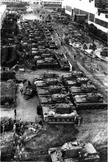 1942 год. Танки готовы отправиться на фронт.