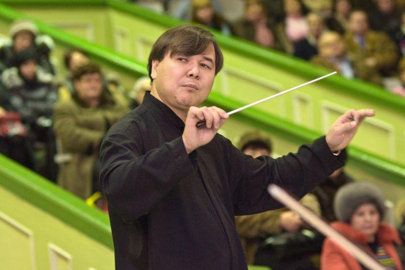 2010 год. Адик Абдурахманов и камерный оркестр «Классика» дают концерт тракторостроителям.