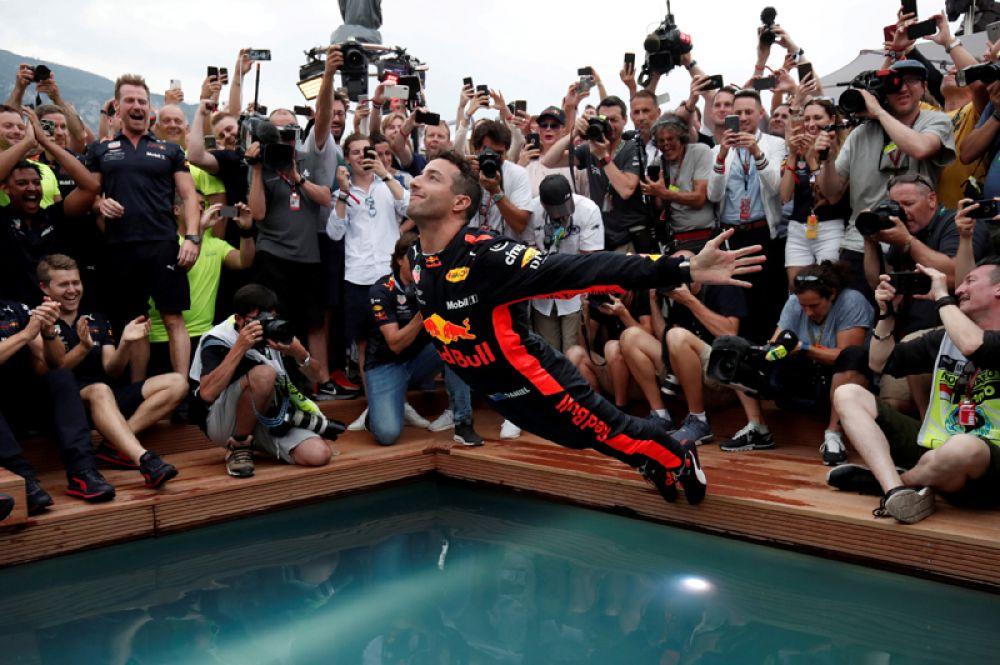 Автогонщик Даниэль Риккардо из команды «Ред Булл»прыгает в бассейн после победы в гонке Формулы-1, Монте-Карло, Монако.