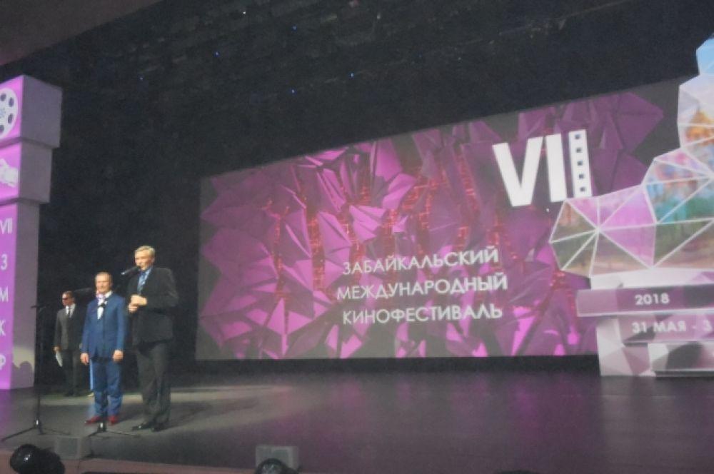 С приветственным словом перед зрителями выступают А.Михайлов и В.Шкулёв.