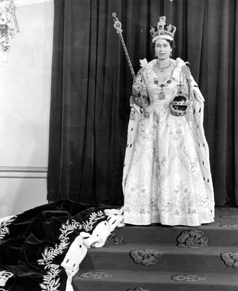 Одежду для всех членов королевской семьи и для самой Елизаветы разрабатывал модельер Норман Хартнелл. Окончательный вариант наряда был утвержден в результате многочисленных личных встреч с королевой: это было белое атласное платье, вышитое цветочными эмблемами стран Содружества.