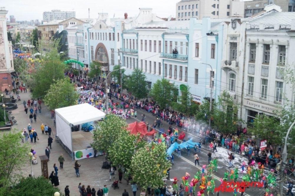 Несколько тысяч участников прошлись по главной улице города.
