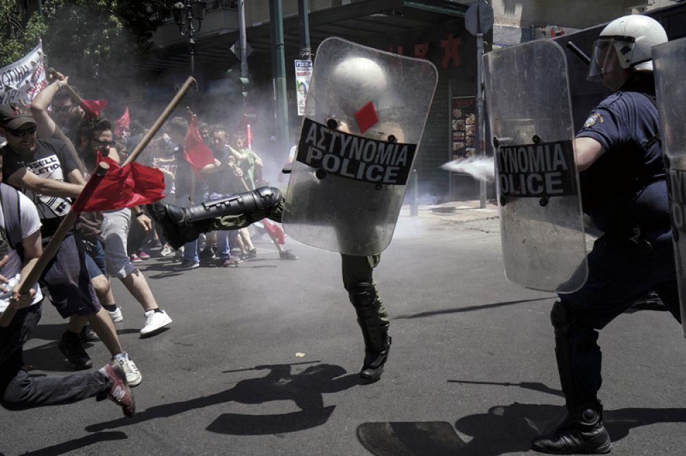 Столкновения сотрудников полиции с участниками общенациональной забастовки против ухудшения условий жизни в Афинах.