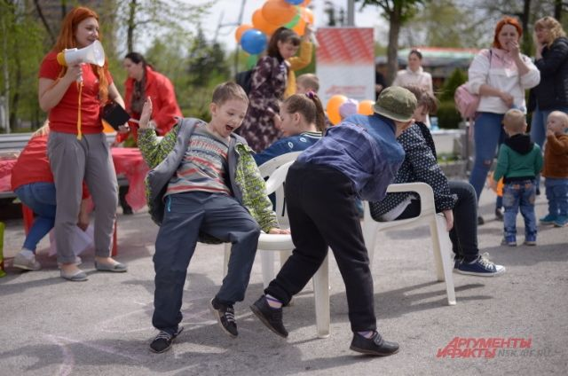 Дети веселились и играли в парке.