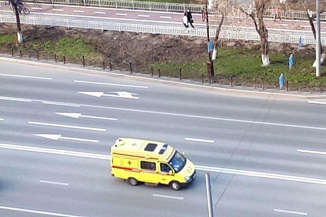 В центре Тюмени карета скорой помощи попала в ДТП