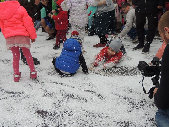 Дети были в восторге от искусственного снега.