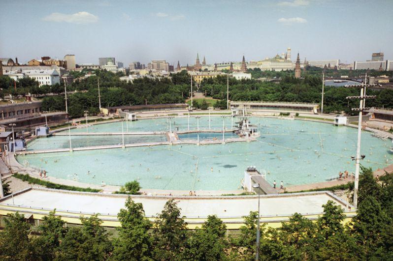 Бассейн «Москва». Самый большой открытый плавательный бассейн в СССР был построен в 1958-1960 годах на месте взорванного в 1931-м храма Христа Спасителя и на фундаменте недостроенного Дворца Советов. Бассейн был закрыт осенью 1994 года, а на его месте восстановили храм.