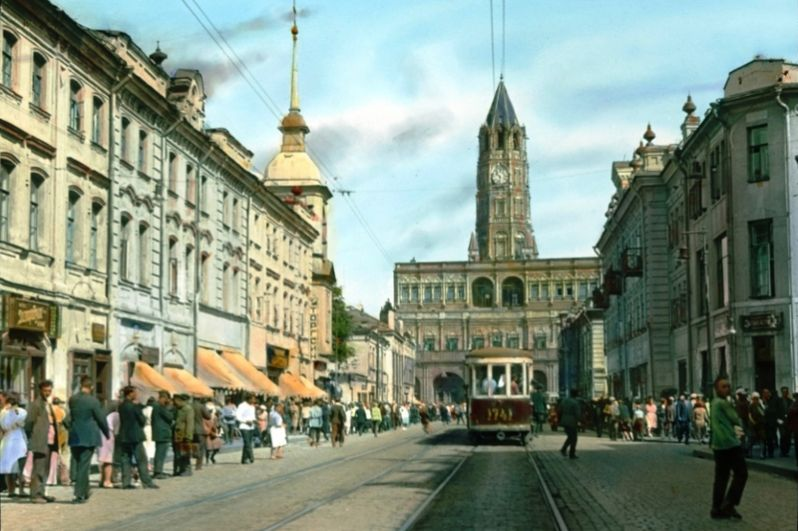 Сухарева башня. Была построена в 1695 году на пересечении Садового кольца, Сретенки и 1-й Мещанской улицы (современный проспект Мира). После окончания строительства здание достигло 64 метра в высоту и 40 метров в ширину. Считается, что архитектура башни была позаимствована у ратуш в Голландии или Германии. К 1930-м годам стало понятно, что башня в центре города мешает движению транспорта, и она была снесена в рамках Генеральной реконструкции Москвы.