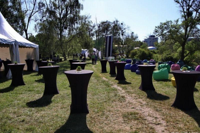 Для гостей выставки перед открытием, на котором присутствовали депутаты, а также представители Антикоррупционной инициативы ЕС, для гостей выставки устроили фуршет.
