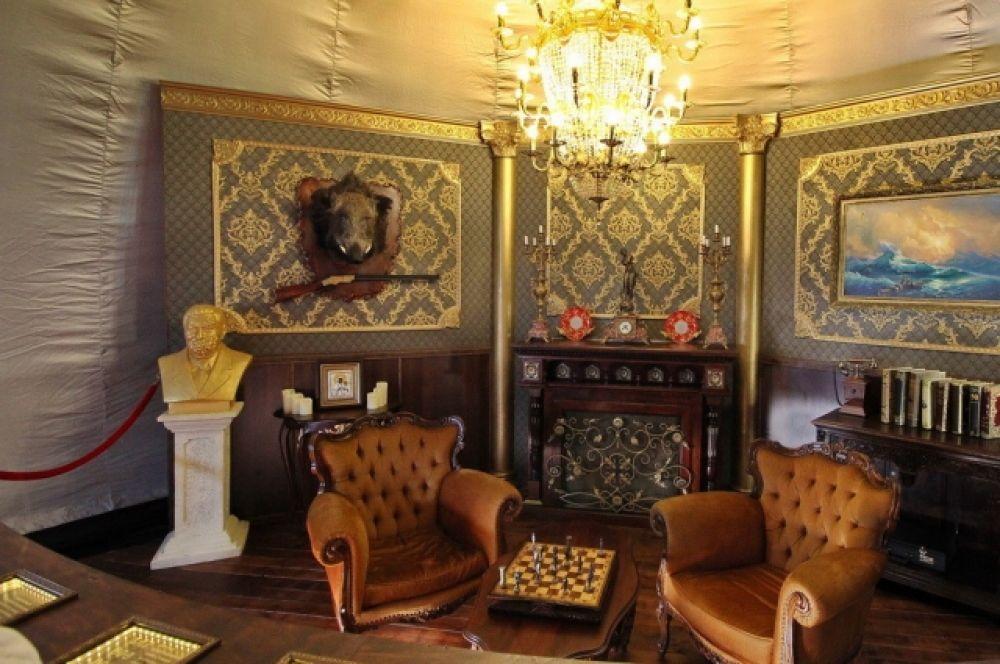 А вот это - кабинет типичного взяточника и коррупционера по фамилии Хабарченко. Кожаные кресла, золотые статуи - все это история Украины помнит, неправда ли?