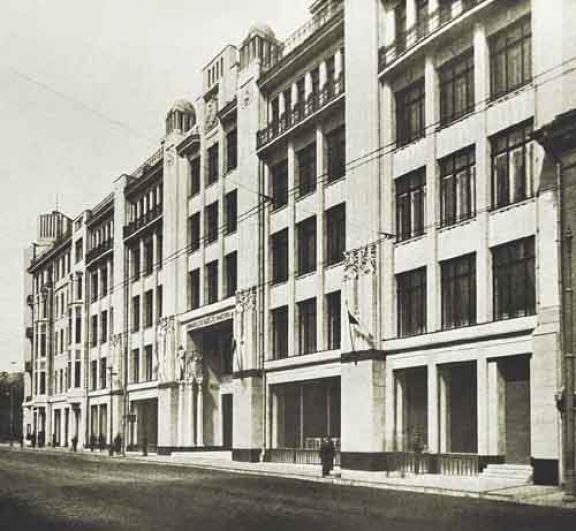 Военторг. Главный военный универмаг страны был построен в 1912-1913 годах по проекту архитектора Сергея Залесского на улице Воздвиженка в Москве. В связи с нерентабельностью в 1994 году он был закрыт, а в 2003 году снесен. Сейчас на его месте находится торгово-офисный центр.