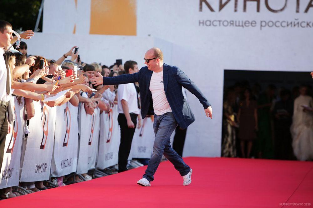 Актёр Сергей Бурунов пришёл в джинсах и кедах.
