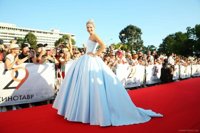 Актриса Наталья Бардо поразила публику пышным платьем Annette Hoffmann.