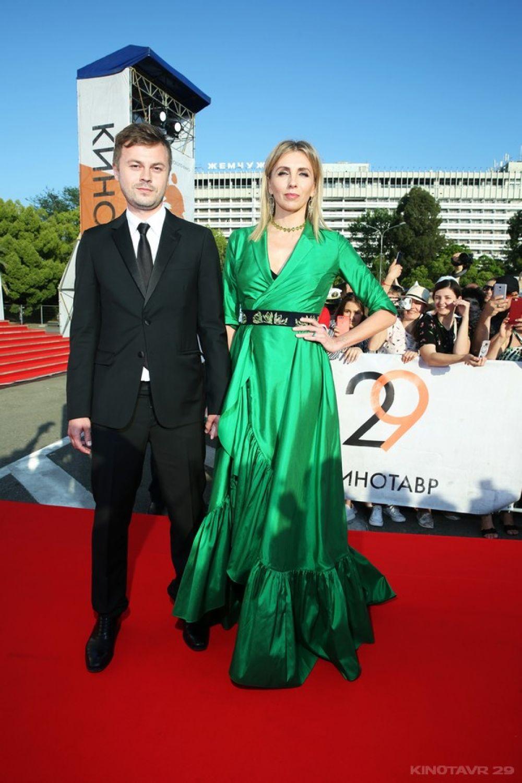 Светлана Бондарчук - одна из немногих выбравших яркий цвет наряда для прохода по дорожке. С Сергеем Табуновым.