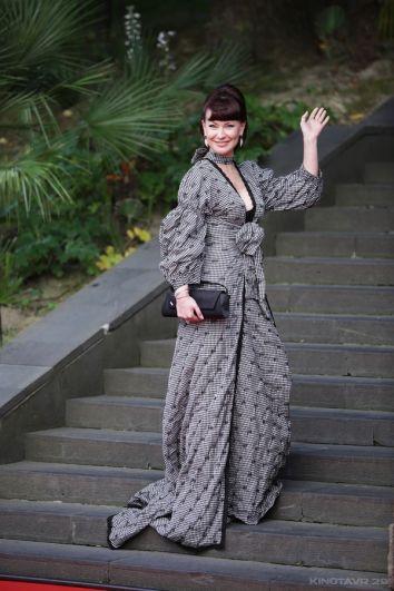 Нонна Гришаева выбрала закрытое платье, отсылающее к моде начала прошлого века.