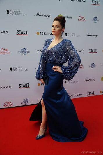 Актриса Екатерина Вуличенко в синем платье, расшитом пайетками, в прямом смысле слова блистала на красной дорожке.