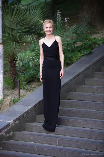 Скромное чёрное платье Ингеборги Дапкунайте от российского дизайнера Александра Терехова попало во все подборки лучших нарядов церемонии.