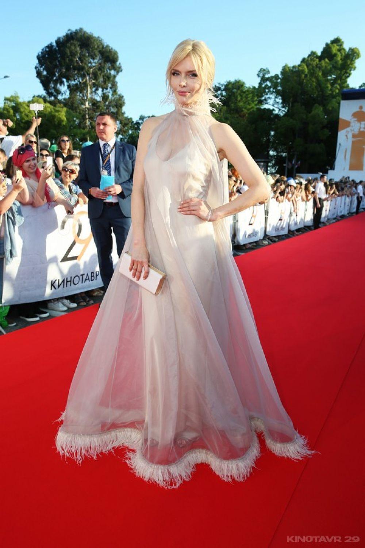 Актриса Анна Чурина в нежно-розовом платье, украшенном перьями, также попала в модные подборки.