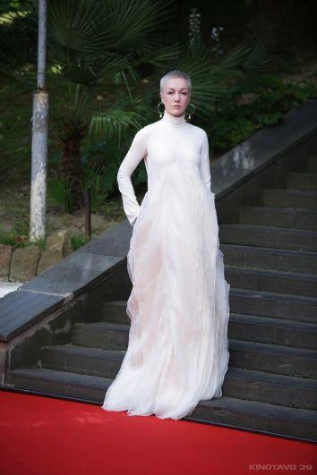 Дарью Мороз из-за воздушного светлого платья в Интернете сравнили с призраком, однако модные эксперты оценили выбор актрисы.