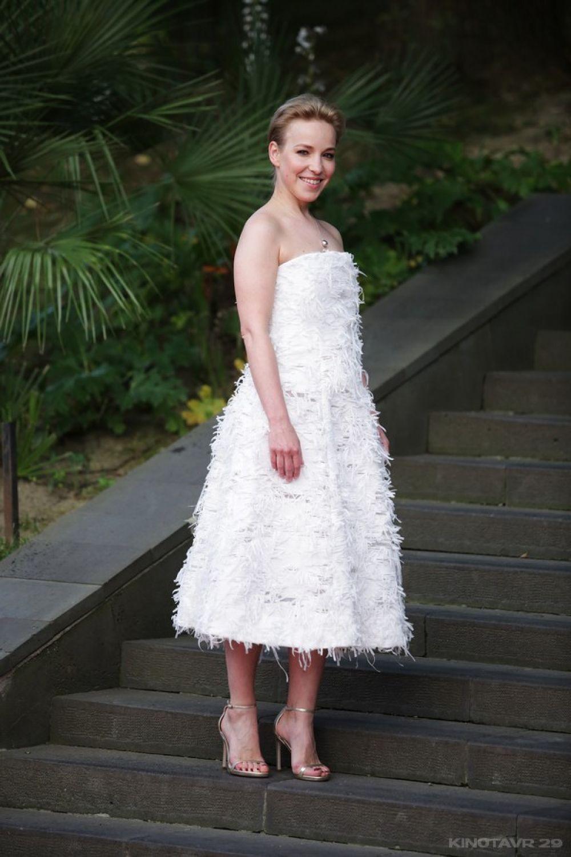 Актриса Мария Шалаева также выбрала светлое платье российского дизайнера Светланы Тегин.