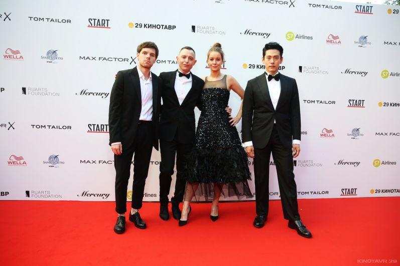 Рома Зверь, Ирина Старшенбаум, Тео Ю, представляющие фильм открытия «Лето», выбрали классические наряды черного цвета.