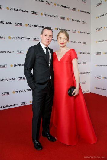 Игорь Верник в классическом костюме и Оксана Акиньшина в самом ярком платье церемонии от российского дизайнера Светланы Тегин.