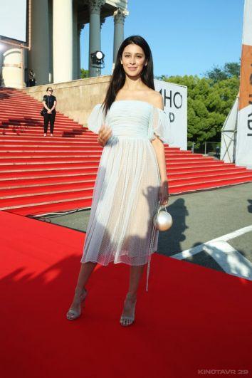 Актриса Равшана Куркова в платье российского дизайнера Алены Ахмадуллиной заслужила похвалы модных экспертов.