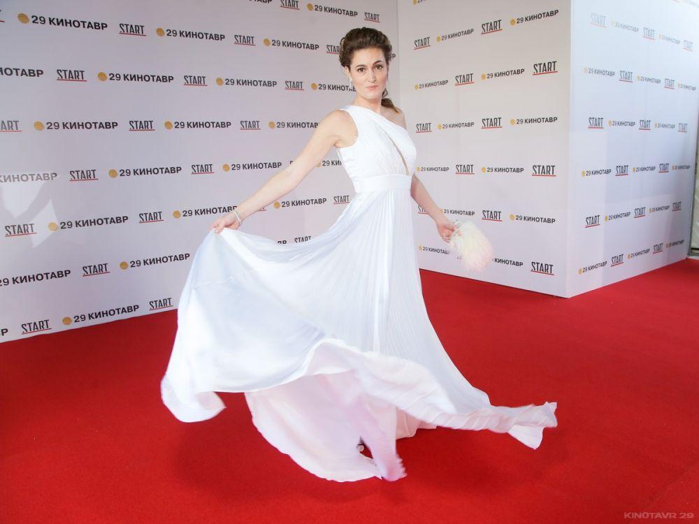 Актриса Рената Пиотровски в белом платье Ester Abner.