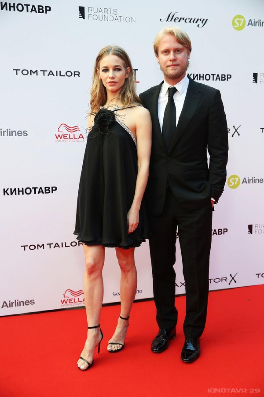 Актриса Светлана Устинова с мужем, кинопродюсером Ильей Стюартом, также выбрали чёрный цвет и классические силуэты.