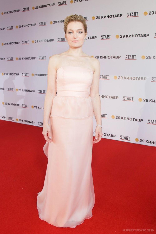 Актриса Виктория Толстоганова в сдержанном платье российского дизайнера Светланы Тегин.