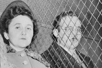Этель и Юлиус Розенберги покидают суд после оглашения обвинительного приговора.