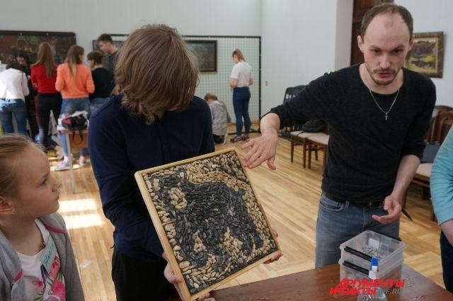Участники мастер-класса по мозаике.