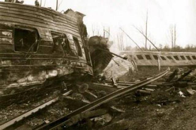 Силой взрыва металлические вагоны искорёжило и отбросило от путей.