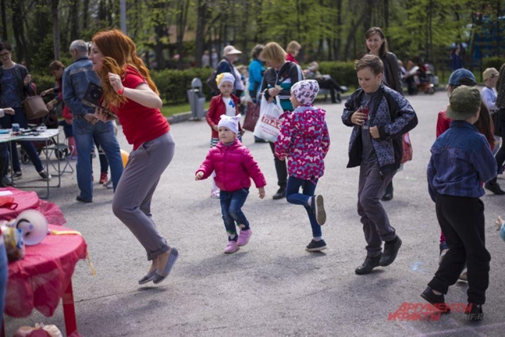 Во время танцевальных конкурсов дети активно принимали участие.