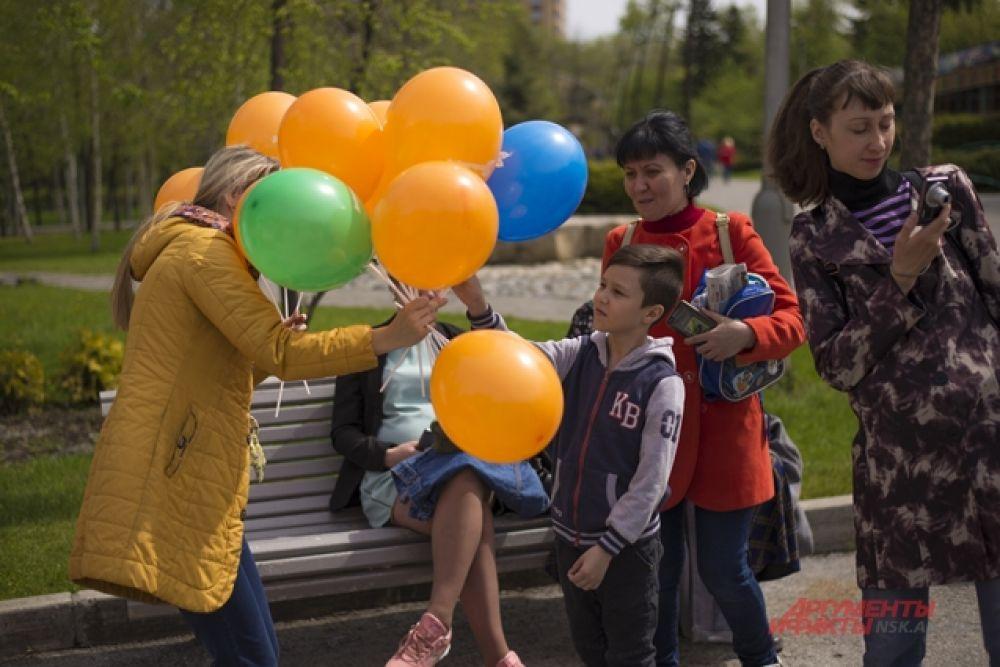 Тем временем партнеры праздника, сотрудник СЛК «Дивногорский» раздавали гостям парка цветные воздушные шарики.