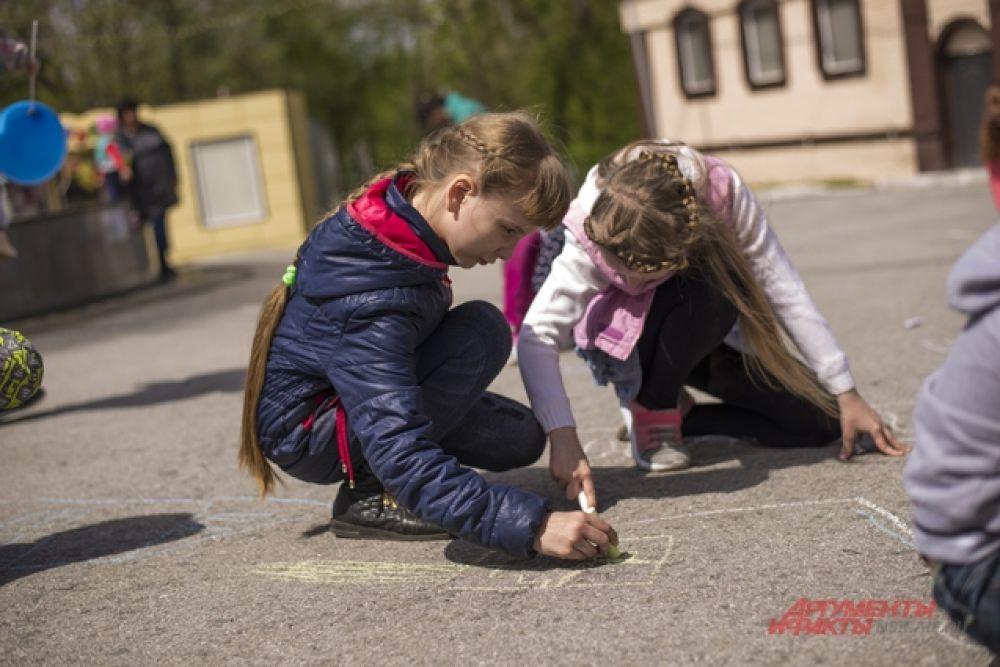Сотрудники СЛК «Дивногорский» устроили для ребят конкурс рисунков на асфальте. Они рисовали свой любимый дом.