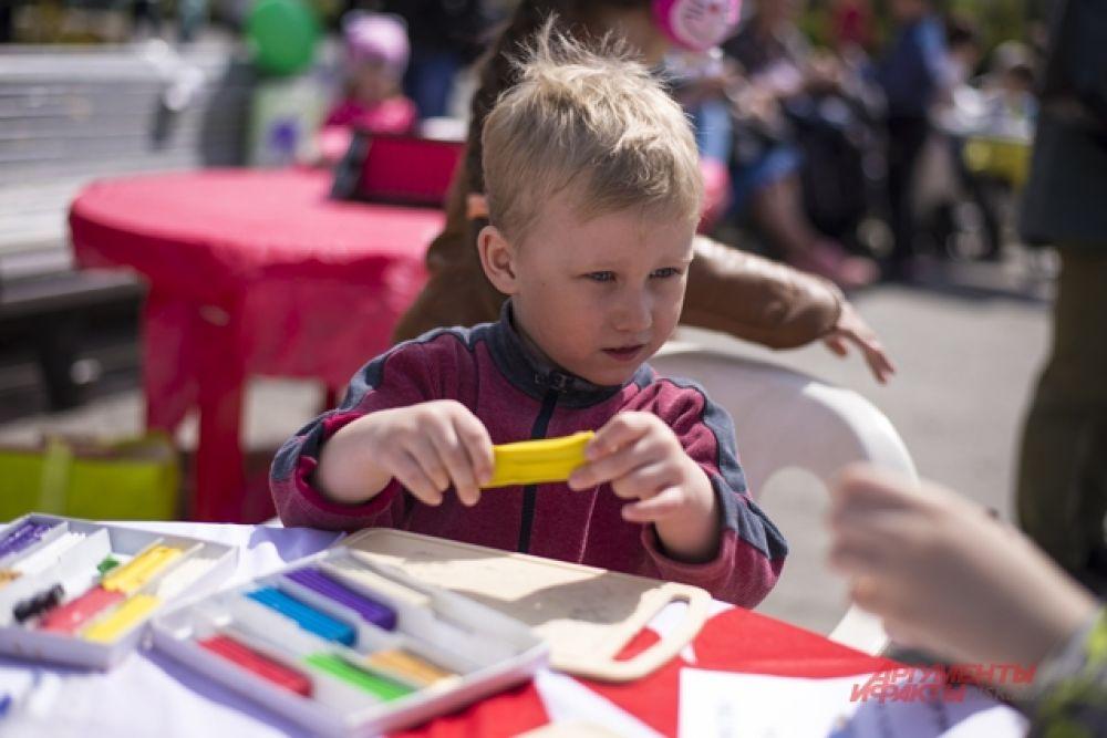 А еще дети лепили из пластилина фигурки любимых животных для участия в конкурсе «Пластилиновое лето»
