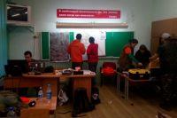 Штаб поисковой операции в местной школе работал несколько дней. В продуктах добровольцы не нуждались, нуждались в бензине, батарейках, аккумуляторах.