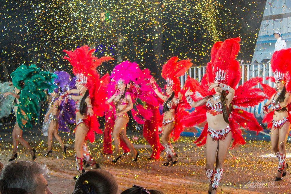 Девушки в экстравагантных костюмах - символ карнавала.