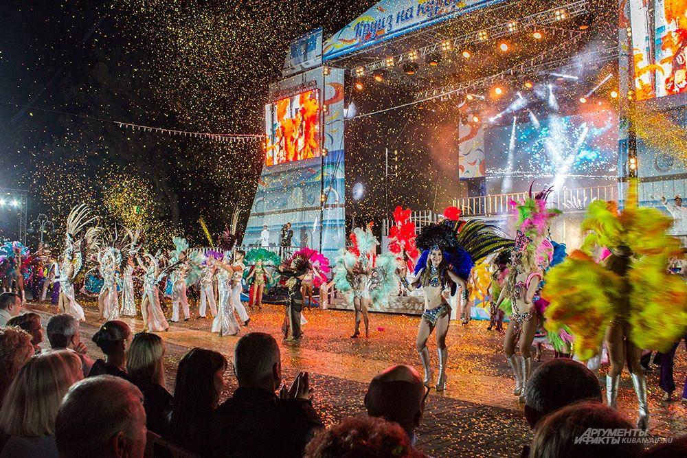 Шествие у главной сцены.